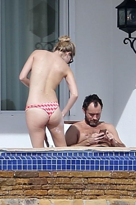 Jude Law ja tyttöystävä ottamassa aurinkoa.