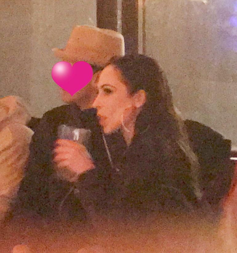 Janna ja mies baarissa.