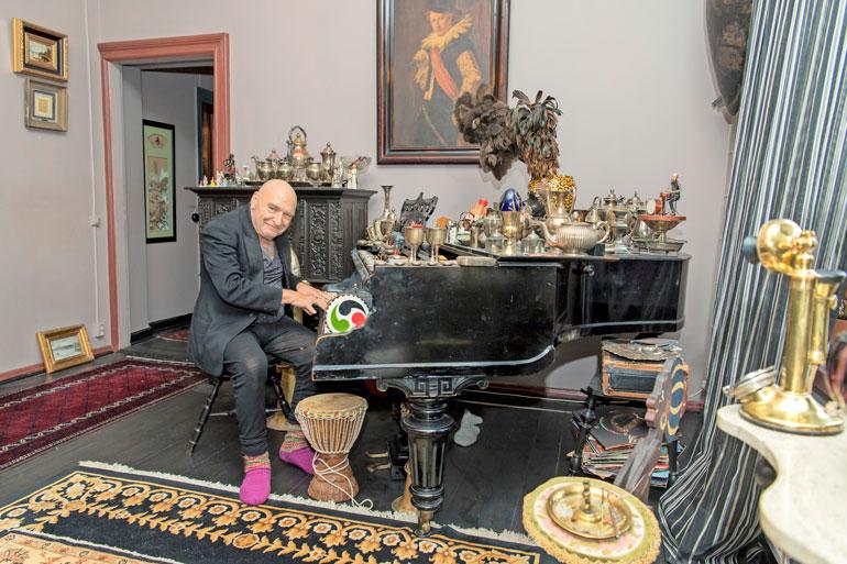 Remun Helsingin-kodin olohuoneen paraatipaikalla on vanha flyygeli, joka soi rumpalimaestron hyppysissä. – En ole pianisti, mutta osaan kyllä tehdä biisejä pianon kanssa.