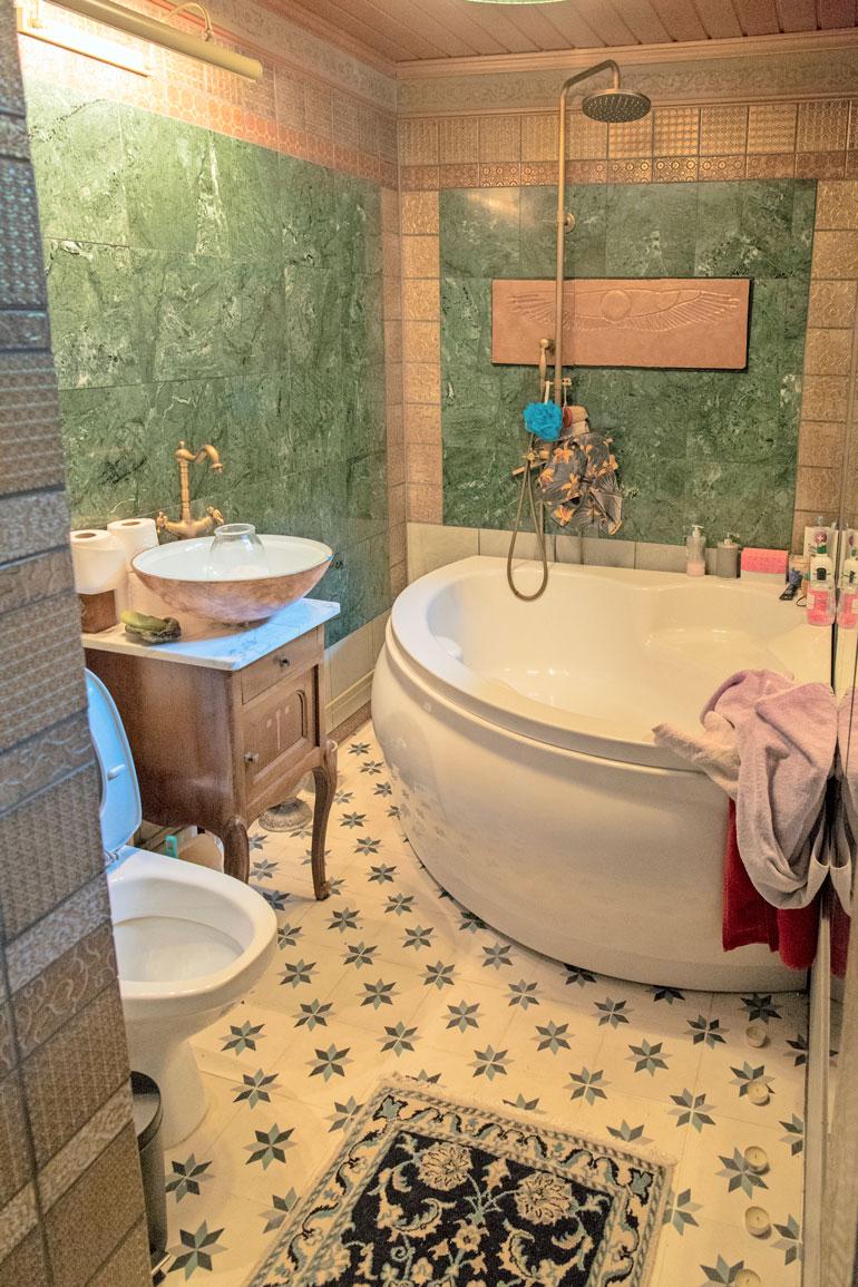 Kylpyhuone on kuin suoraan kylpylästä. Remu kunnosti sen lattiasta kattoon muuttaessaan asuntoon pari vuotta sitten. – Vanhoja luita pitää käydä pehmentämässä.