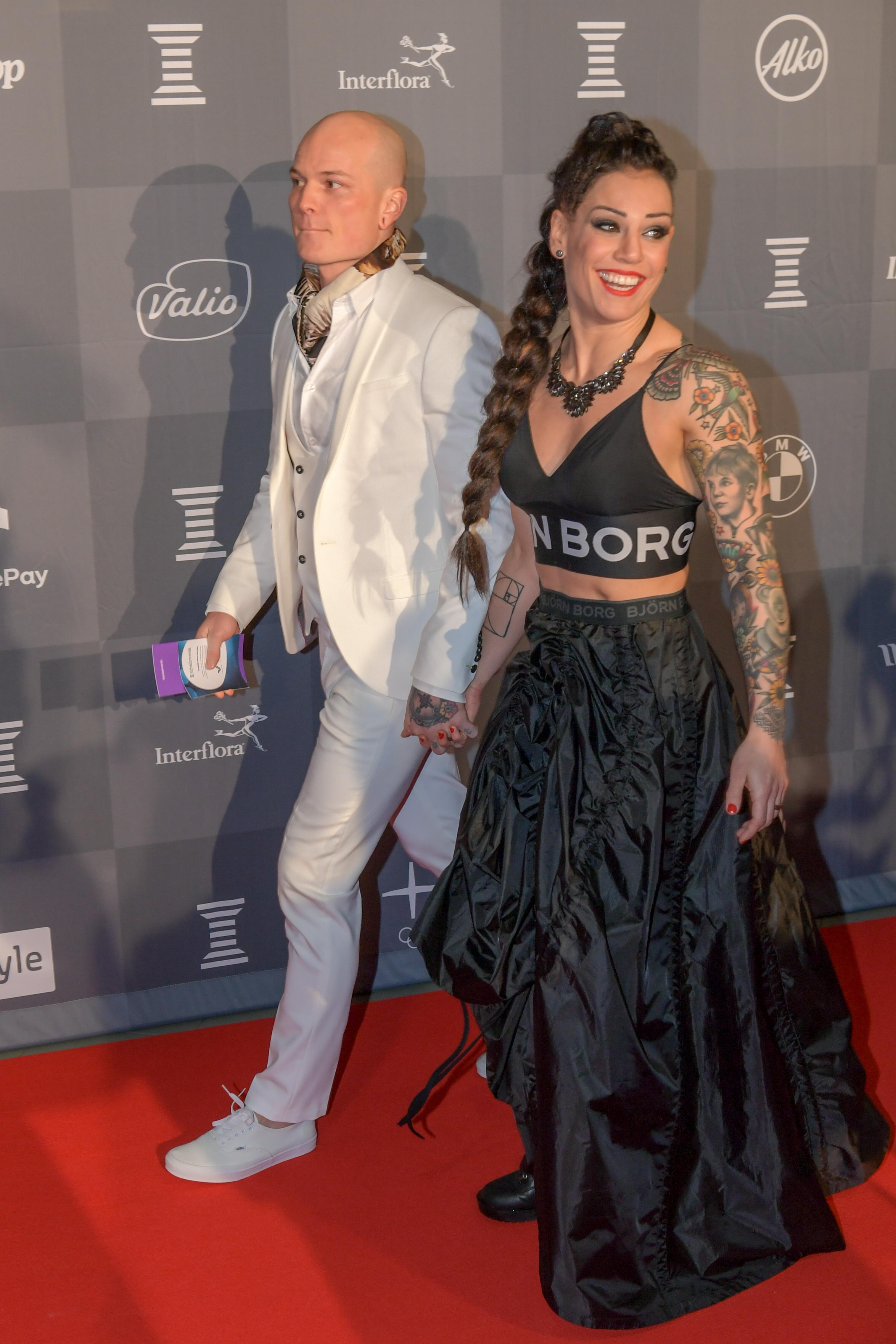 Niklas Räsänen ja Eva Wahlström käänsivät katseita punaisella matolla.