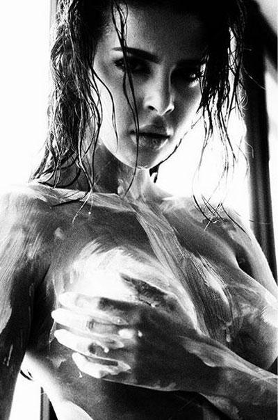 Nadi on ottanut useita kuvia myös missikaunotar Sara Chafakista. – Nämä olivat makeat kuvaukset! Meikkaaja Senay Coco maalasi alastoman Saran valkoisella.
