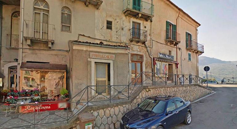 Akun ja Jannen Italian-asunto sijaitsee pienen torin kupeessa, jonka takaa avautuvat upeat vuoristomaisemat.