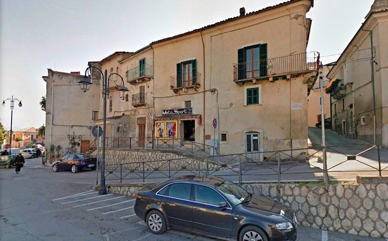 Taloa ympäröi tunnelmallinen vanha italialaiskylä. Lähettyviltä löytyy ravintoloita, puoteja sekä ruoka- ja viinikauppoja.