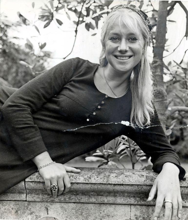 Helen aloitti teatteriopinnot jo alle parikymppisenä. Ensimmäisen elokuvaroolinsa hän sai vuonna 1966.