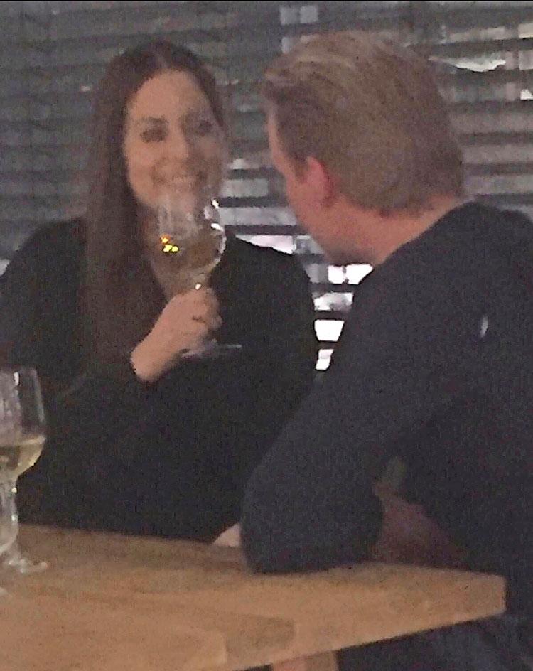 Mirkka Torikka ravintolassa hempeilemässä.