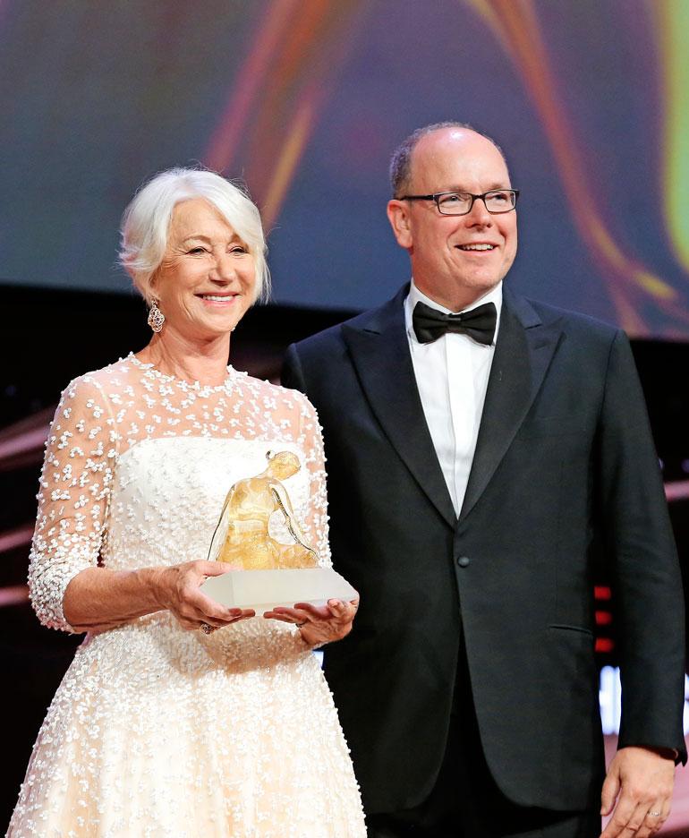 Monacon ruhtinas Albert ojensi Helenille Kristalli Nymfi -elämäntyöpalkinnon.