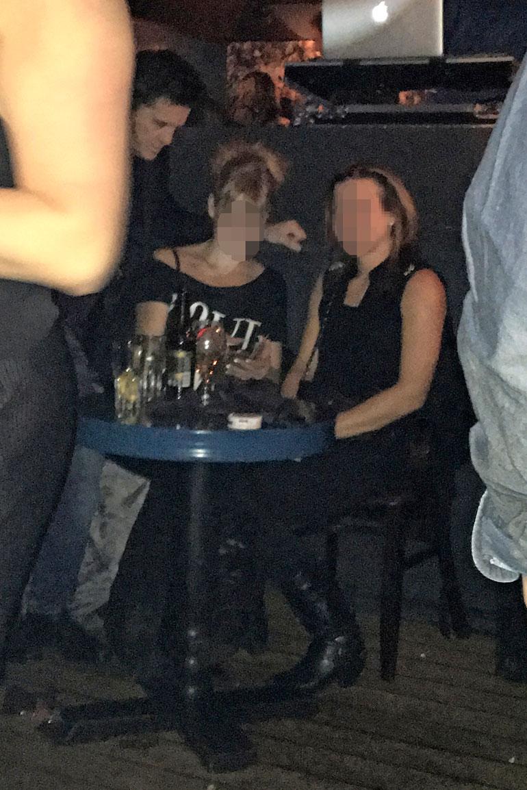 Sedu ja naiset baarissa.