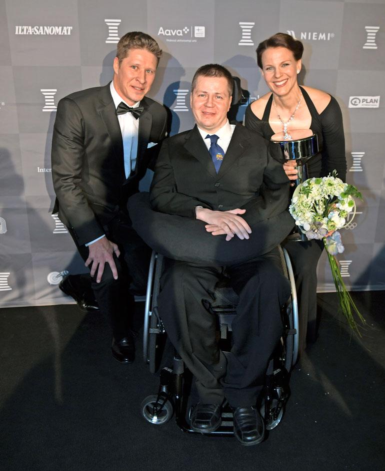 Jaria on vaikeina hetkinä tukenut myös entinen voimistelutoveri Jani Tanskanen, joka luovutti Uuno-pokaalin vuoden esikuvaksi valitulle Jarille ja Sanna-vaimolle.