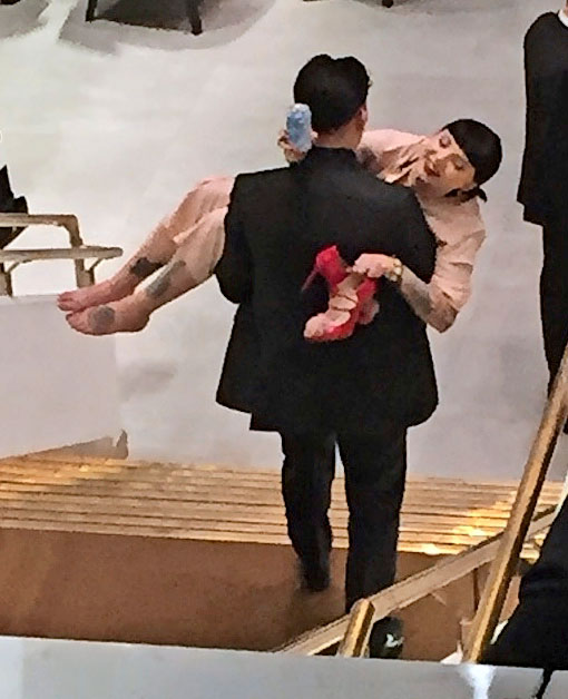 Arttu kantaa naista.