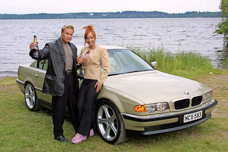 Petterin ja Jutan julkista taipaletta ei vaivannut turha vaatimattomuus. Ensimmäisessä yhteishaastattelussaan pari poseerasi Petterin luksus-BMW:n kanssa.