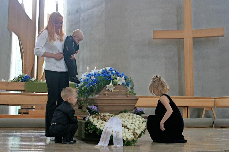 Petteri Jussilan hautajaisissa surivat Jutan lisäksi hänen lapsensa Casimir, Camilla ja Max.