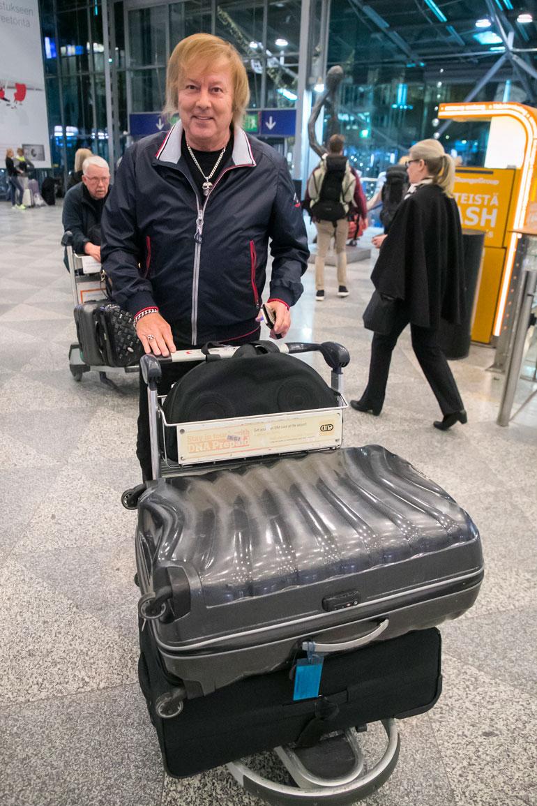 Danny pakkasi laukkuihinsa mukaan 20 eri asua.