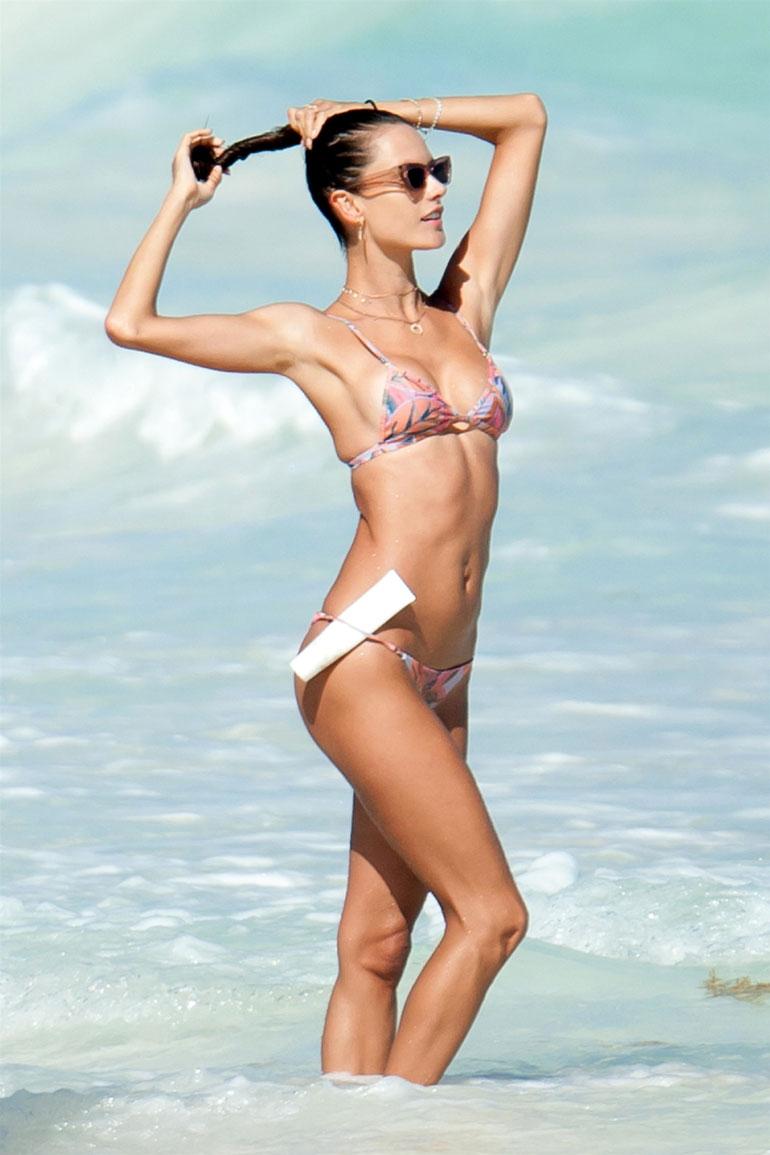 Alessandra Ambrosio uimarannalla.