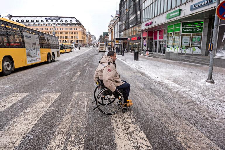 Pyörätuolista Hassan ei todennäköisesti pääse koskaan. Omin jaloin hän pystyy kävelemään vaivalloisesti vain muutamia metrejä.