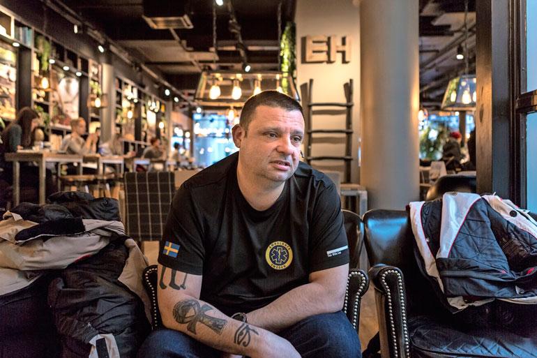 Turun verilöyly ei ollut ensimmäinen kerta, kun Hassan joutui tiukkaan paikkaan. Entisenä YK-sotilaana hän on nähnyt sotaa Bosniassa, Afganistanissa ja Malissa.