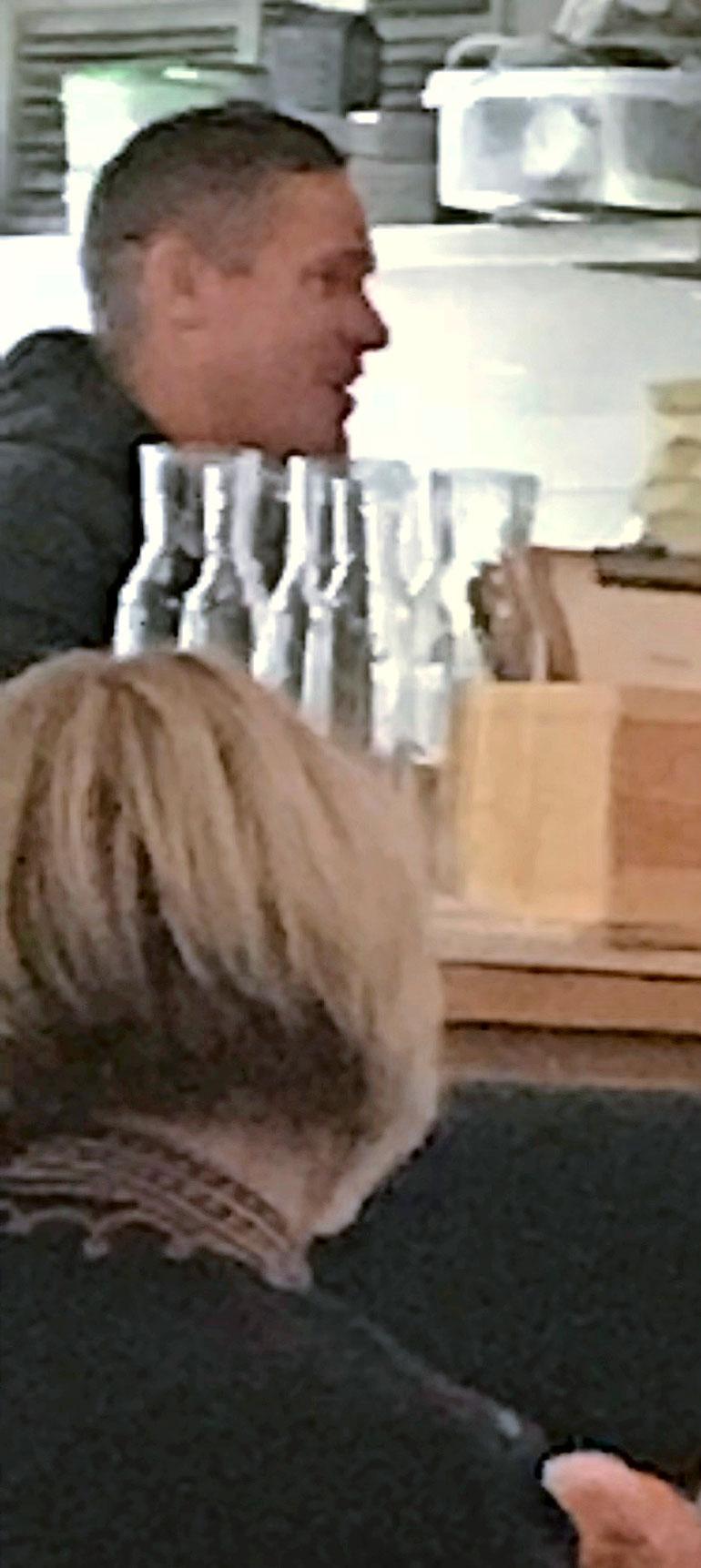 Tomi Björck ravintolassa.