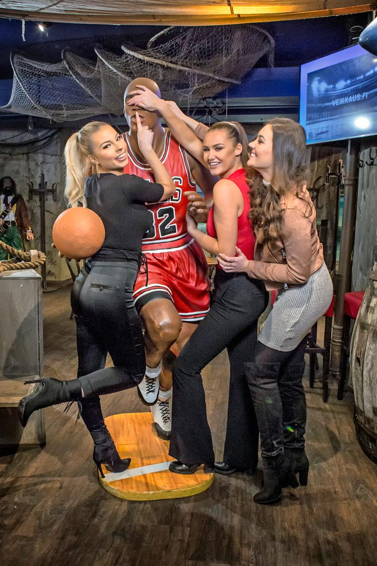 Essi, Beata ja Michaela intoutuivat hassuttelemaan korislegenda Michael Jordanin patsaan kanssa. – Olisipa tässä Lauri, missit nauravat.