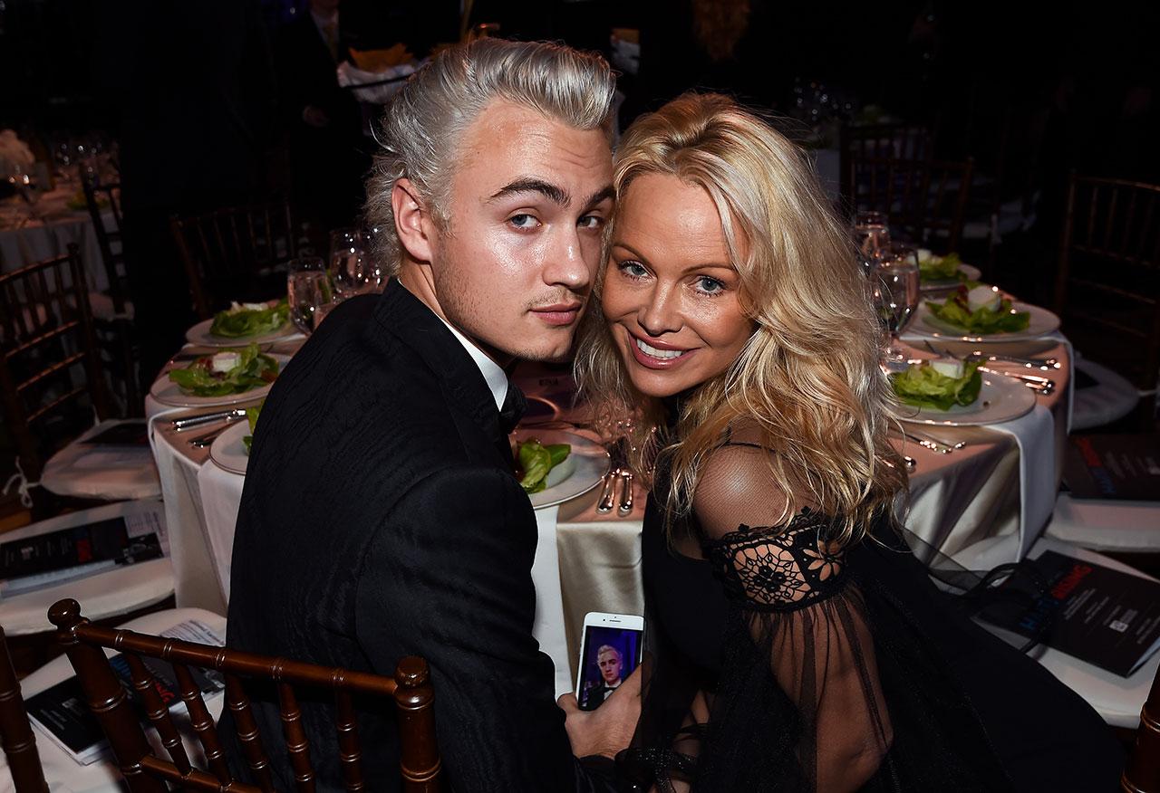 Brandon ja hänen äitinsä Pamela Anderson illallisgaalassa