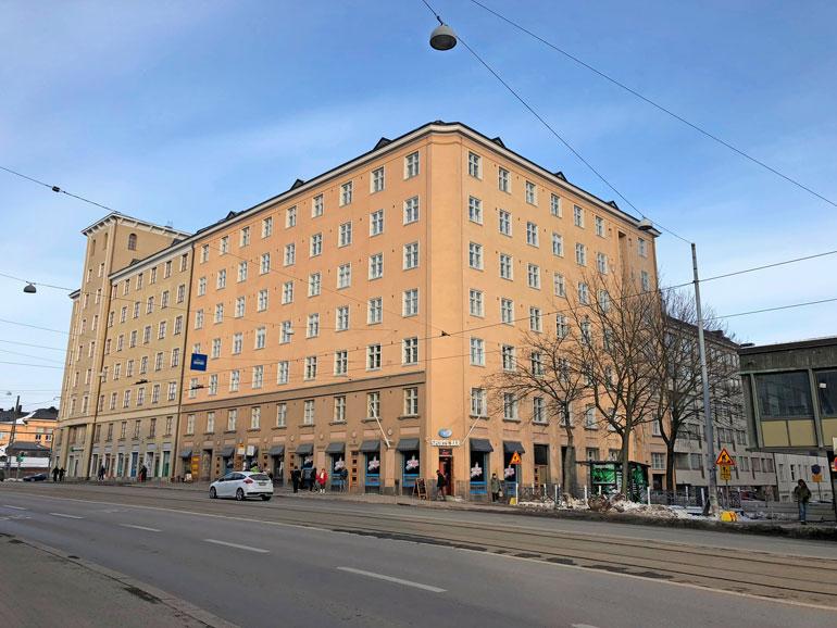 Naapurisopu oli koetuksella tässä kerrostalossa Helsingin Sörnäisissä. Sofi ja Juha asuvat talossa edelleen.