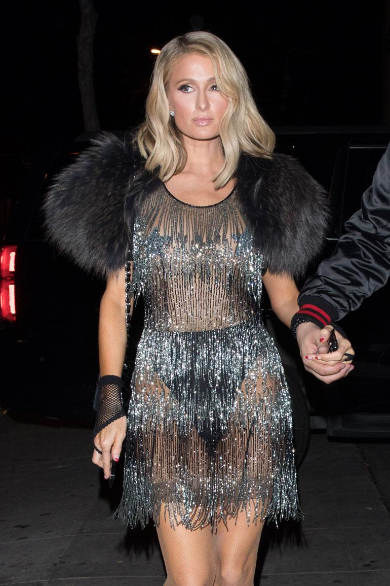 Paris Hilton juhli paljastavassa asussa.