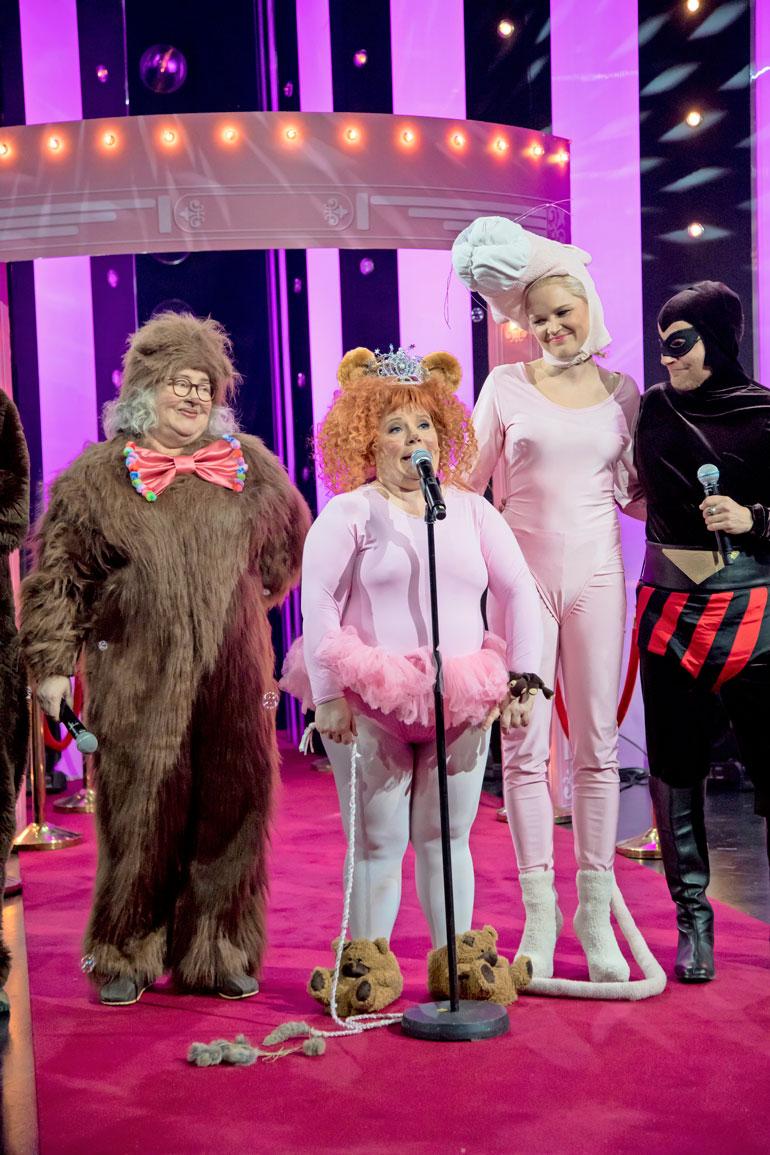 Tanhupallo vietti ohjelmassa naamiaisia. Lavalle tuli paljon Tanhupallon perhettä.
