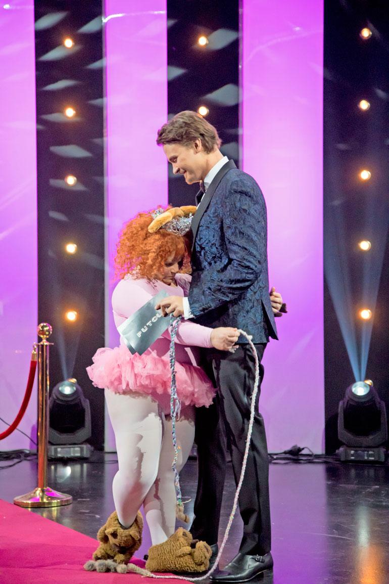 Tanhupallosta ja Roope Salmisesta tuli hyvät ystävät ohjelman aikana. Tanhupallo palasi vielä lähtiessä halaamaan Roopea.