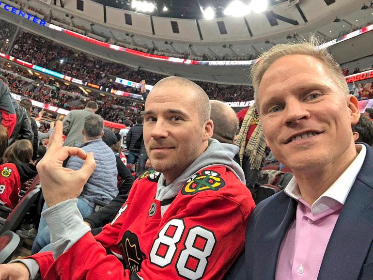 Aleksi hankki peliin Chicago Blackhawksin tähtihyökkääjän Patrick Kanen pelipaidan.