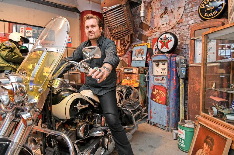 Mike hyppäsi Harley-Davidsonin puikkoihin. Pyörä on kuulunut aiemmin edesmenneelle funklegendalle Rick Jamesille.