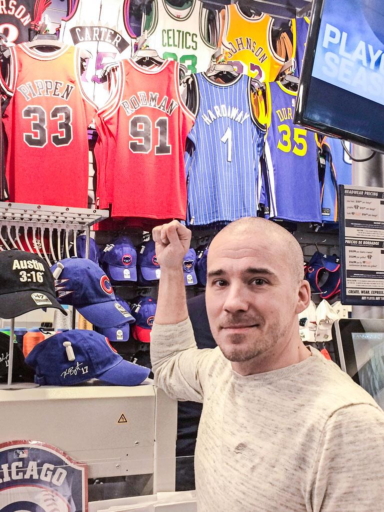 Lauri Markkasen paidat olivat loppu, mutta Aleksille tuttujen Bulls-legendojen Dennis Rodmanin ja Scottie Pippenin paitoja olisi ollut tarjolla.