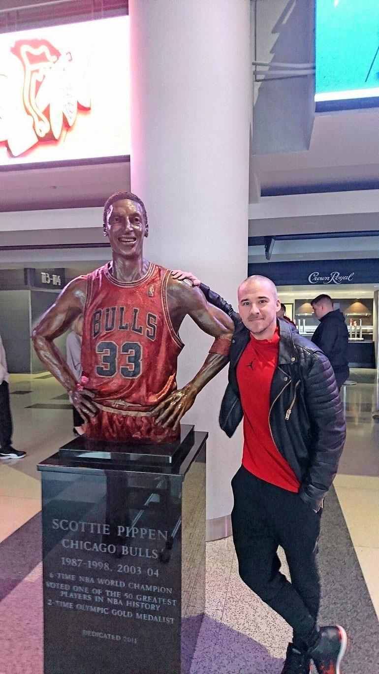 Scottie Pippenistä Aleksille on jäänyt hyvät muistot. Aleksi toi NBA-legendan Suomeen 2000-luvulla. Koristähden veistos koristaa Bullsin peliareenan United Centerin aulaa.