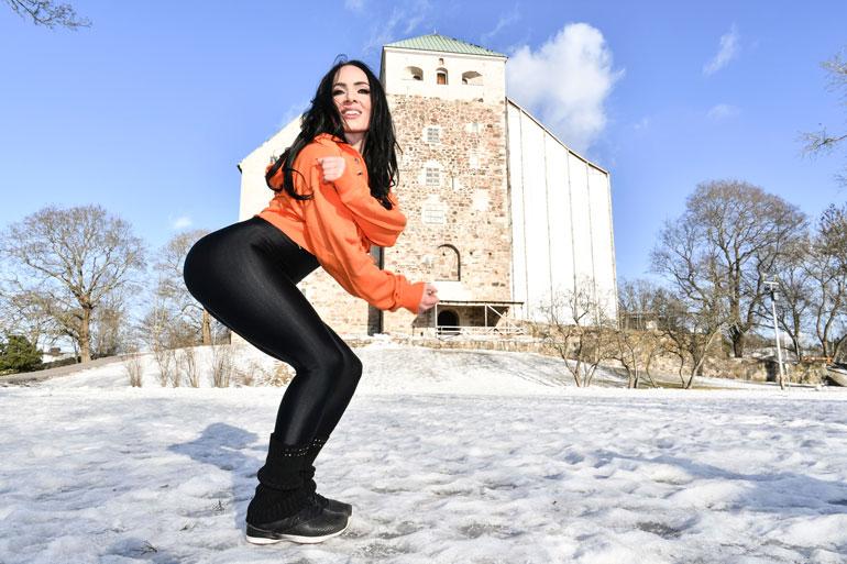 Tanja Sundell nauttii kevätauringossa poseeraamisesta. – Toivottavasti myös pääsiäisestä tulisi mahdollisimman aurinkoinen!