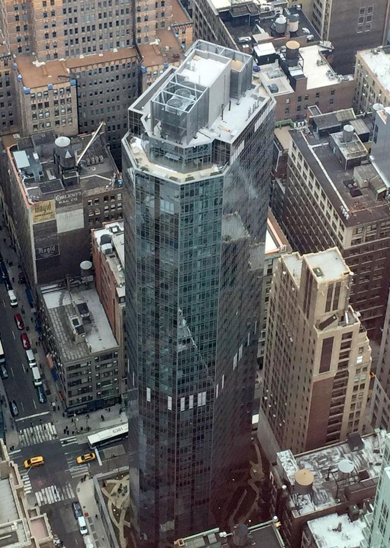 Pilvenpiirtäjä pistää yläilmoissa silmään kaarevan muotonsa vuoksi. Muoto takaa asunnoista hulppeat panoraamanäkymät. Kuva on otettu Empire State Buildingin näköalatasanteelta.