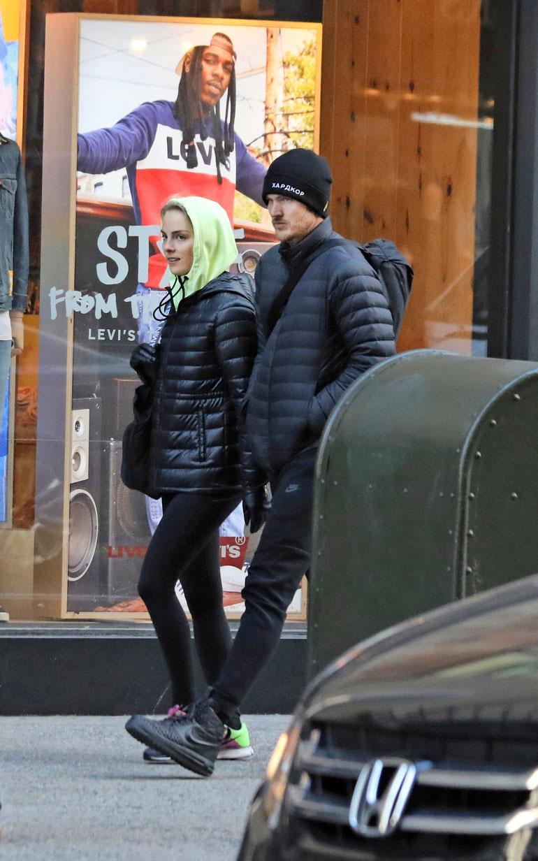 Kiira Korpi ja Arthur Borges kiiruhtivat treenisalilleen halki New Yorkin vilkkaan ostoskadun.