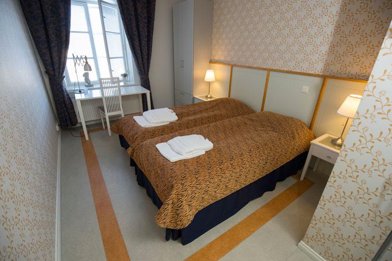 Erillisessä hotellirakennuksessa on kaksitoista täysin remontoitua huonetta. Joka huoneessa on myös oma kylpyhuone. Telkkareita ei Villilässä tarvita.