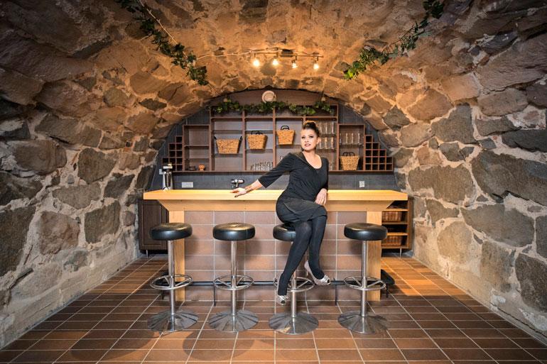 Päärakennuksen kellarissa on tunnelmallinen holvibaari ja viinikellari.
