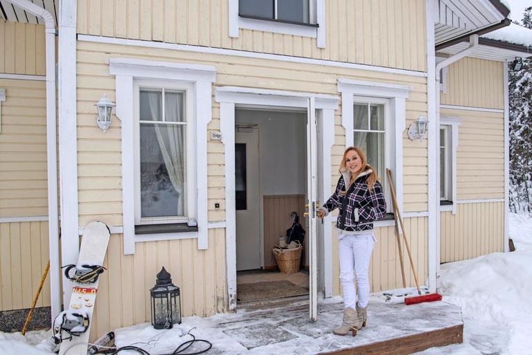 – Tervetuloa meille, Katja huikkaa Seiskan reportterille ja kuvaajalle iloisena vaalean kotitalonsa ovella.
