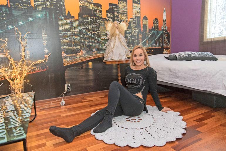 Makuuhuoneen seinää koristaa maisema New Yorkista, ja parin unta vahtii yöpöydän suurikokoinen enkelinukke.