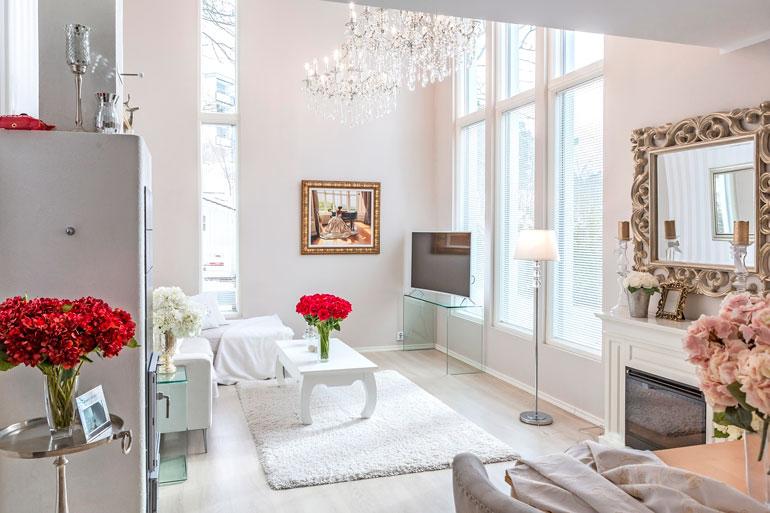 Niina ja hänen miehensä pitävät asunnon keveästä ilmeestä, joka yhdistää romanttista ja modernia.