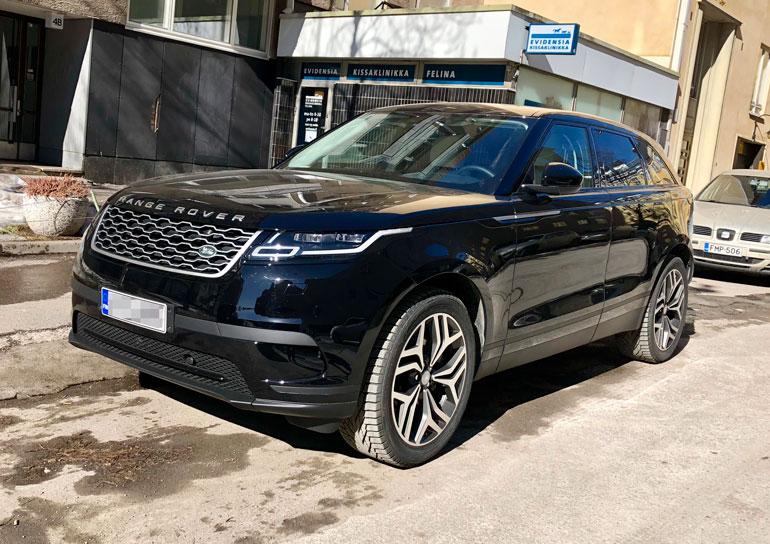 Paparazzi bongasi Pikku G:n Helsingin Punavuoresta kurvailemasta uudella ökyautollaan. Auto on rahoitusliikkeen omistuksessa.