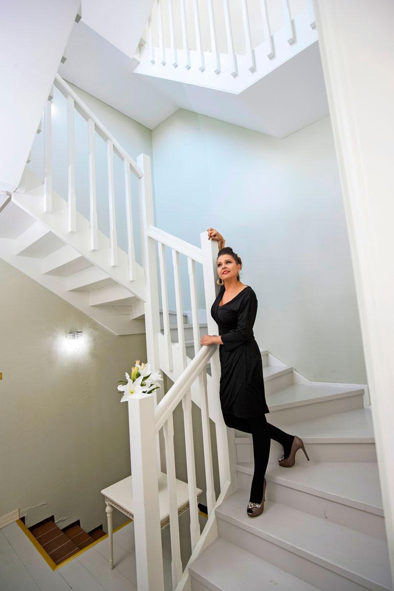 Valoisa portaikko yhdistää uljaasti päärannuksen kolme kerrosta. Kellarissa on baariholvi, muissa kerroksissa tyylikkäitä juhatiloja ja salonkeja.