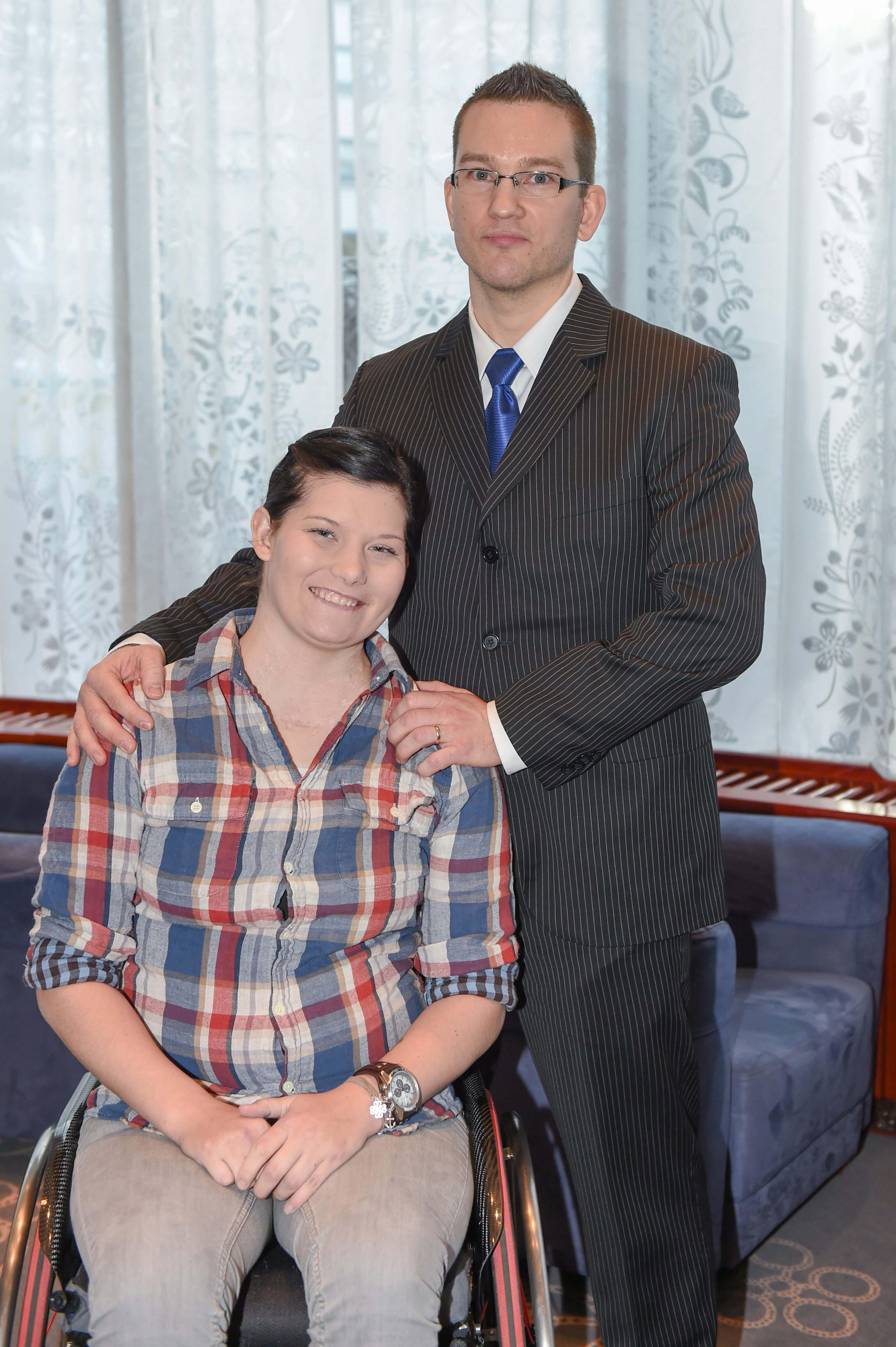 Tuomas juoksi sata kilometriä ja keräsi varoja kollegalleen Heidi Foxellille.