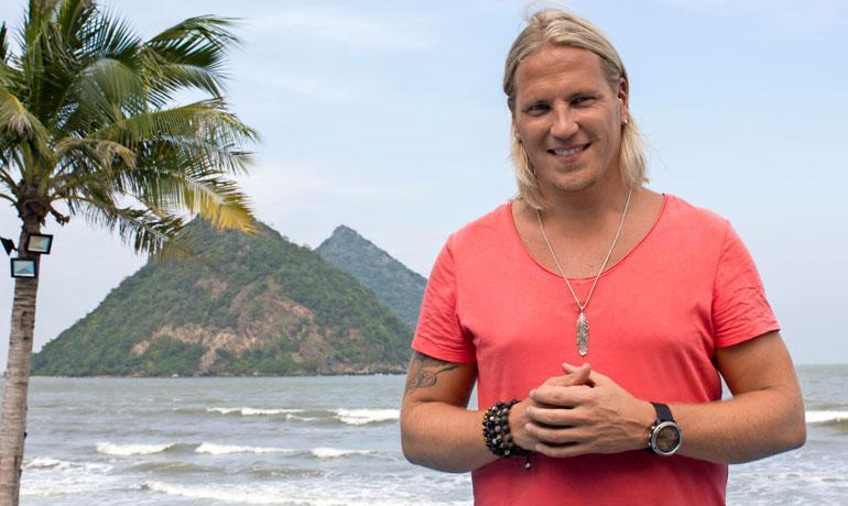 Sami Kuronen juontaa Temptation Island Suomi -ohjelmaa.