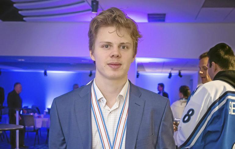 Kasperi Kapanen seurustelee kuuman mallin kanssa.