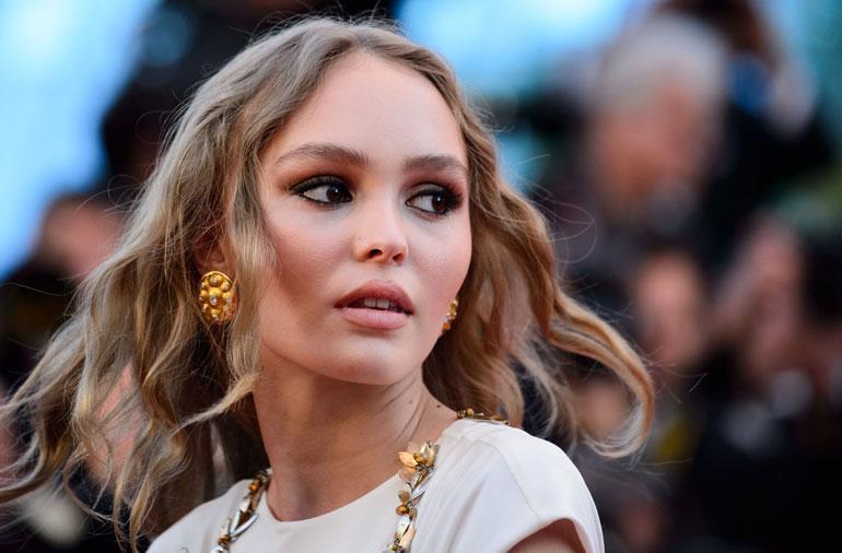 Lily-Rose Depp edusti Cannesissa hupparissa - mutta