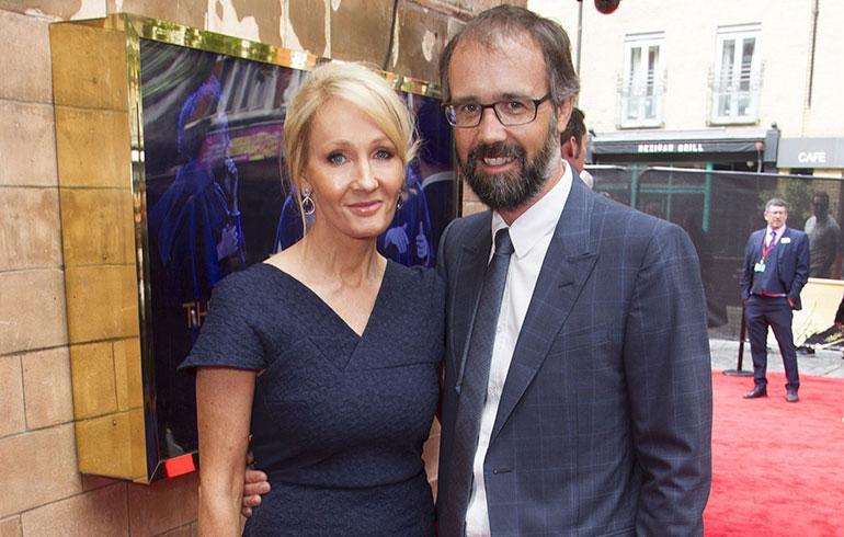 J.K Rowling ja aviomies punaisella matolla