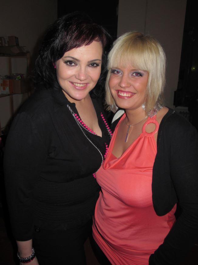 Maarit Halttu ja Sari Pulakka saapuivat vuonna 2010 seuraamaan Miss XL -kilpailua.