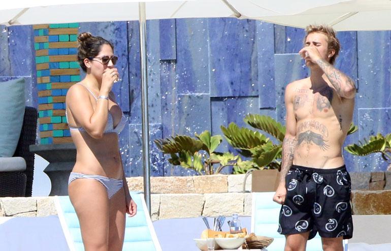 Justin Bieber ja bikinikaunotar.