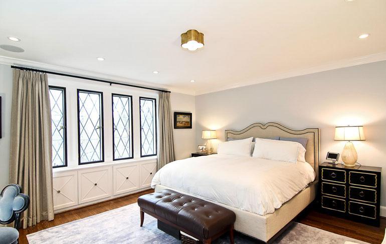 Barackin ja Michellen makuuhuoneen ikkunat avautuvat puistomaiselle kadulle.