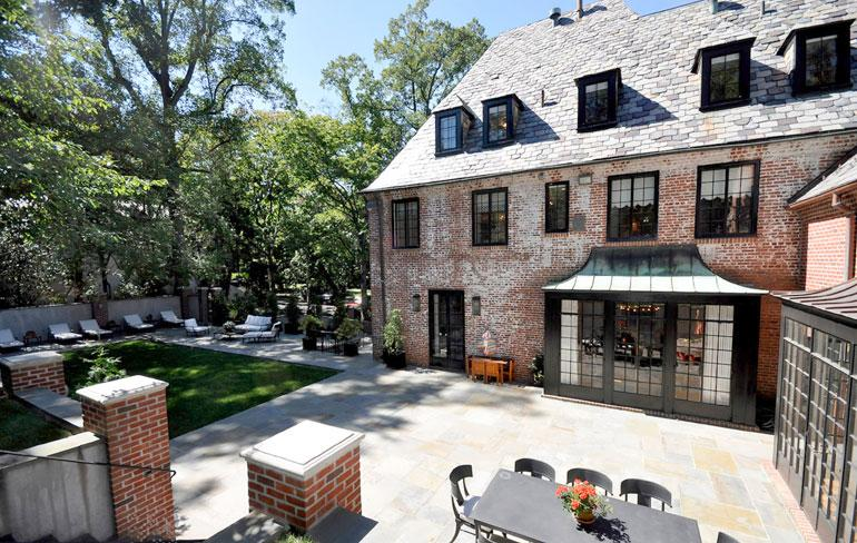 Talon takapihalla on tilaa perheen kahdelle portugalinvesikoiralle Sunnylle ja Bolle.
